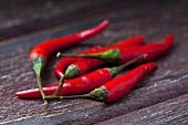 Mehrere rote Chilischoten
