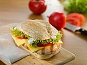Ciabatta mit Hähnchen, Käse und Tomaten