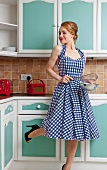 Frau im karierten Kleid in der Küche