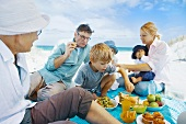 Familie beim Strandpicknick