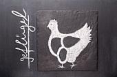 Gezeichnetes Huhn auf einer Schiefertafel