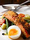 Marinierter und gebratener Lachs mit Salade Nicoise und wachsweichem Ei