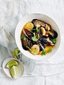 Muschelsuppe mit geräucherten Enteneiern und Austernpilzen