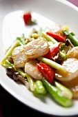 Gebratene Jakobsmuscheln mit Gemüse und Pilzen (China)