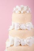 Mehrstöckige rosa Hochzeitstorte