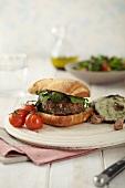 Burger mit Gemüse- und Salatbeilage
