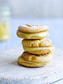 Honey biscuits with vanilla cream