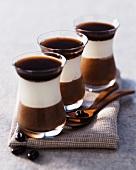 Schichtspeise aus Kaffeecreme, Mascarponecreme und Schokoladencreme