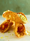 Cannoli al pistacchio (fried wafer roles with cream)