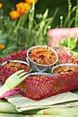 Aprikosen-Himbeer-Crumbles zum Picknick