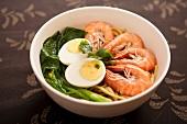 Garnelen mit gekochtem Ei und Gemüse auf asiatische Nudeln