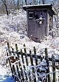 Gartenschuppen in einem verschneiten Garten