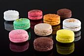Zehn verschiedene bunte Macarons