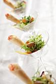 Blattsalat mit Teigröllchen und Gänseleber (China)