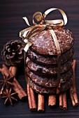 Lebkuchen mit Geschenkband und Weihnachtsgewürze