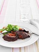 Rinderschnitzel-Roulade mit Salatbeilage