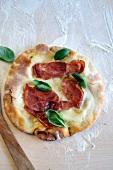Biancaneve al prosciutto (a mozzarella and ham pizza)
