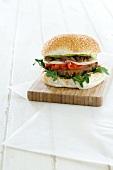 Hamburger mit Provolone, Paprika und karamellisierten Zwiebeln