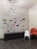 Stilisierte Blüten als Wanddekor hinter Sideboard und 70er Jahre Kugelleuchten zu Designerstühlen aus den Fifties
