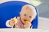 Baby isst einen Apfel