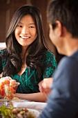 Asiatisches Pärchen isst Shrimpssalat im Restaurant
