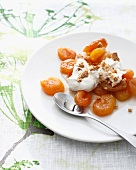 Aprikosendessert mit Amarettobrösel und Schlagsahne