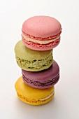 Vier verschiedene Macarons, gestapelt