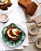 Ingwerkuchen mit Butter und Sirup