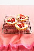 Erdbeertörtchen auf Kuchengitter