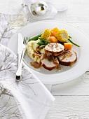 Gefülltes Schweinefilet mit Kartoffelpüree, Gemüse und Gravy