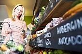 Frau kauft Obst und Gemüse