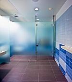 Duschraum in einem öffentlichen Bad