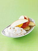 Apfelschnitze mit Zimt-Joghurt