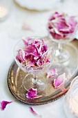 Tischdeko mit getrockneten Rosenblättern