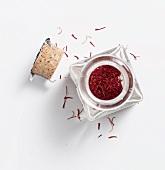 Safranfäden in kleinem Glasgefäss mit Korken