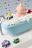 Lustige Kindertorte mit Badeszene aus Fondant