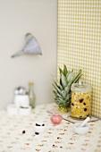 Ananaschutney mit Zutaten in Küchenecke