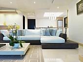 Designerecksofa und Couchtisch in modernem Wohnzimmer mit abgehängter Decke