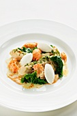 Spinach salad with steamed chicken and crayfish