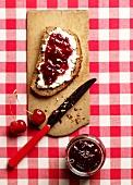 Rustikales Frischkäsebrot mit Kirschmarmelade