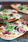 Flat bread pizzas with figs and cheese