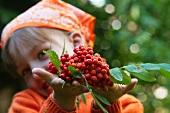 Mädchen hält frische Beeren