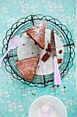 Zwei Stück Schokoladenkuchen auf Kuchengitter