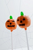 Cake Pops decorated as Halloween pumpkins