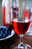 Roseweinglas mit Lippenstift am Glasrand