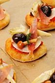 Pizzette allegre (Bunt belegte Minipizzen, Italien)