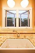 Küchenfenster mit darunter platzierter Spüle