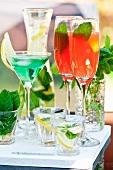 Verschiedene Cocktails mit und ohne Alkohol