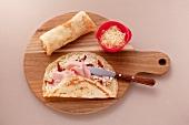 Crepes mit getrockneten Tomaten, Schinken und gerieben Mozzarella