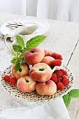 Obstteller mit Pfirsichen und Himbeeren